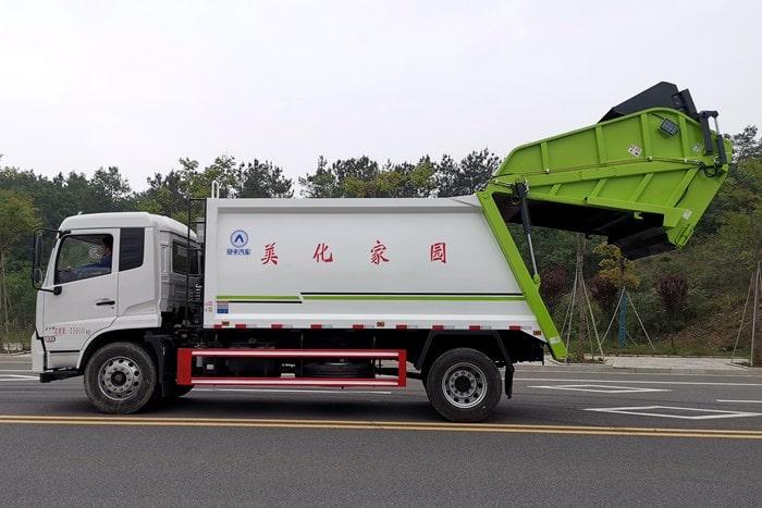后装压缩式垃圾车左侧图片