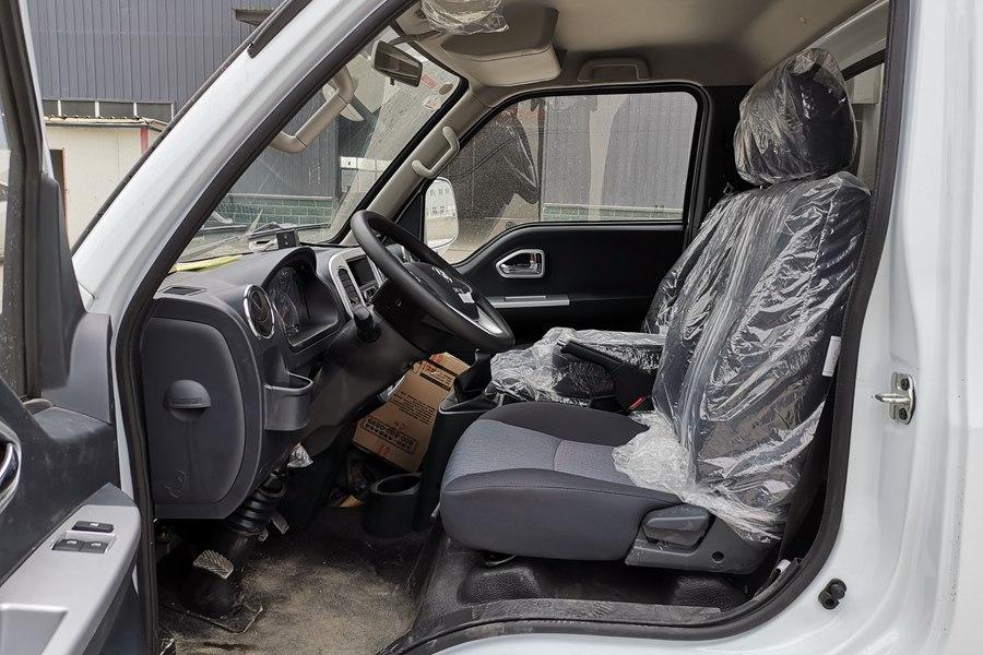 东风途逸3.5米冷藏车副驾驶内图片