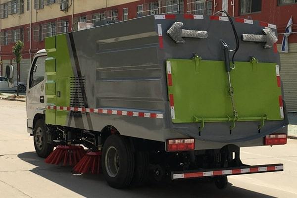 国六东风5吨清扫车左后侧45