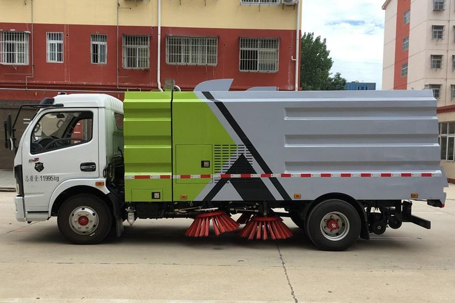 国六东风8吨扫路车左侧