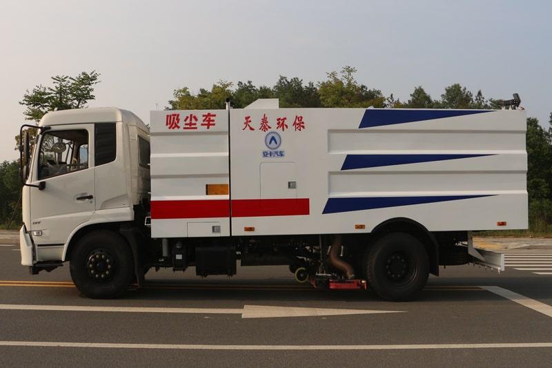 东风8吨吸尘车左侧视角
