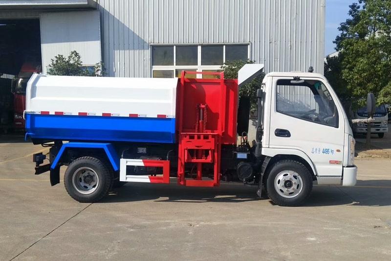 凯马4方挂桶垃圾车工作实拍右侧图片