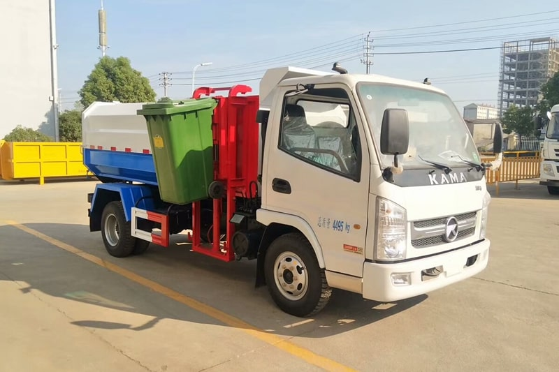 凯马4方挂桶垃圾车工作实拍右前侧图片