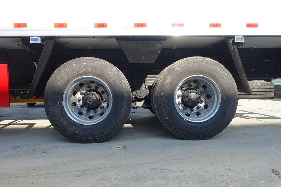 东风天龙新款KL前四后八9.6米冷藏车轮胎图片