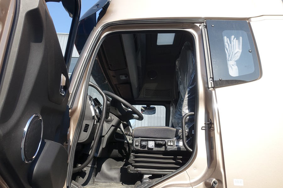 东风天龙新款KL前四后八9.6米冷藏车驾驶室图片