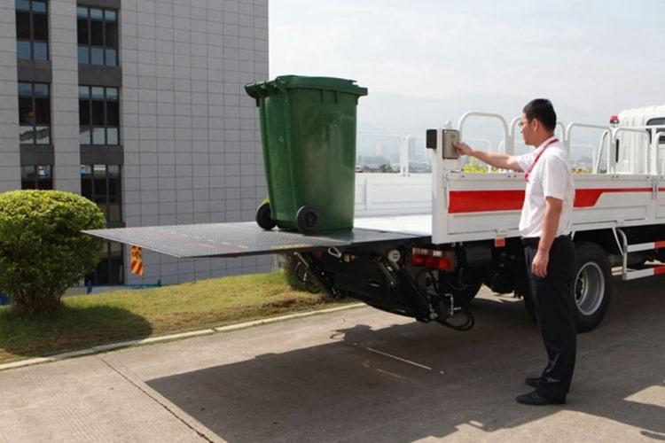 国六跃进桶装垃圾运输车工作实拍图片1