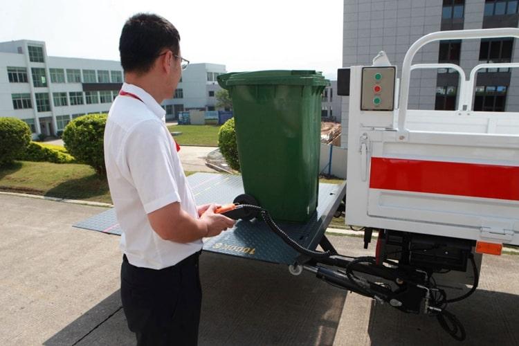 国六跃进桶装垃圾运输车工作实拍图片2