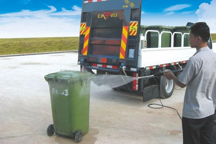国六跃进桶装垃圾运输车工作实拍图片3