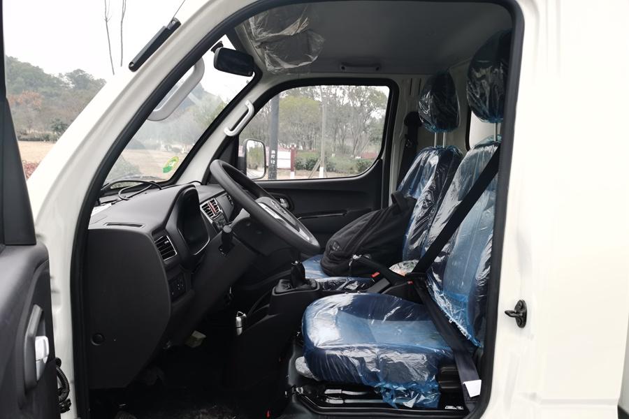 福田M1国六3.2米微型冷藏车驾驶室内