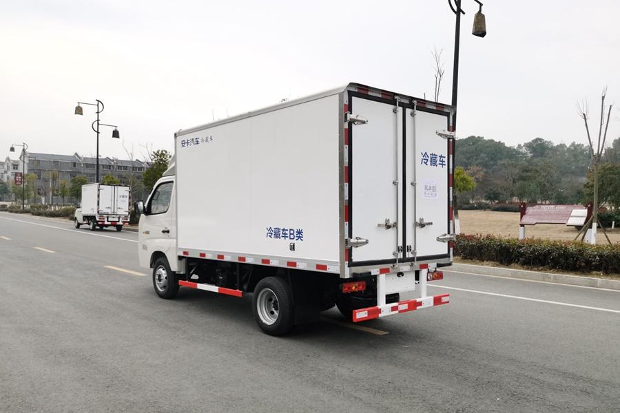 福田M1国六3.2米微型冷藏车斜后图片