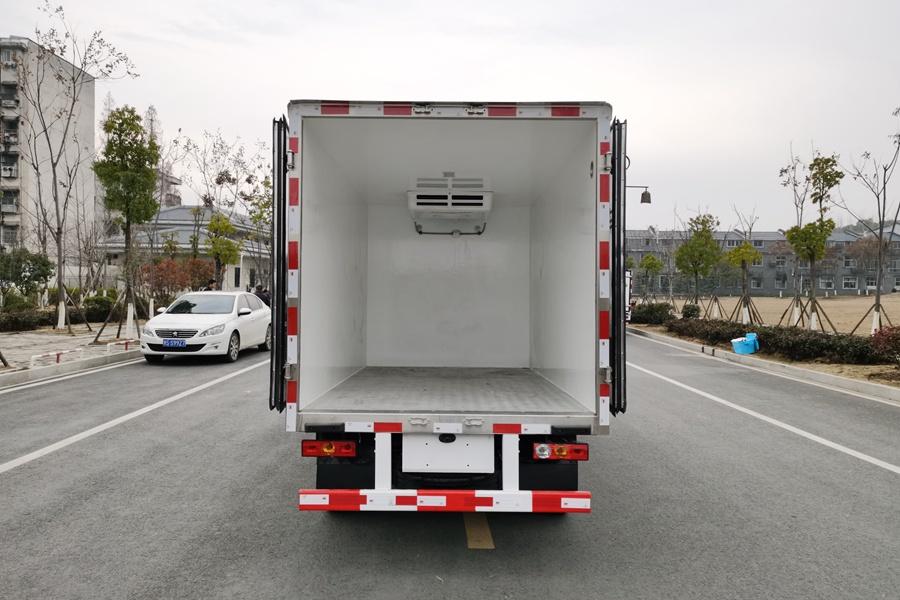 福田M1国六3.2米微型冷藏车厢体内