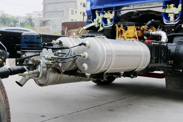 东风3吨对接式垃圾车储气罐图片