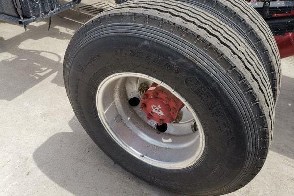 东风3吨对接式垃圾车轮胎图片