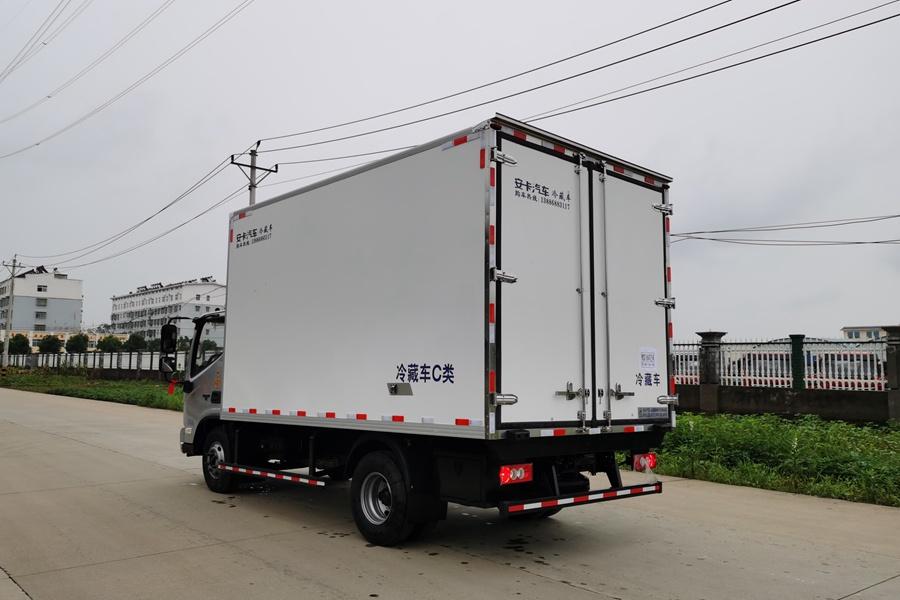福田欧马可S3国六3.8排量4.2米冷藏车斜后