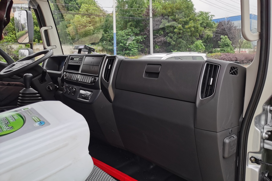 福田欧马可S3国六3.8排量4.2米冷藏车驾驶室