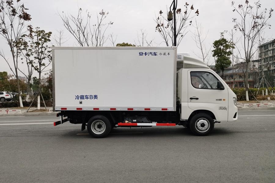 福田祥铃M1国六3.2米冷藏车正侧