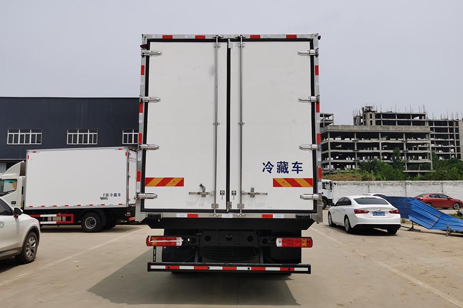 福田奥铃CTS9大黄蜂6.8米冷藏车正后