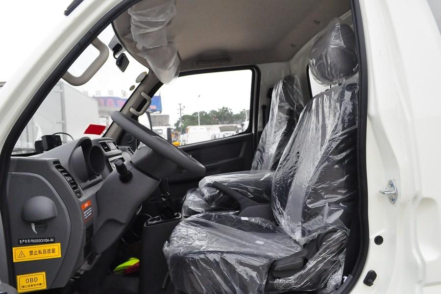 飞碟缔途国六3.5米冷藏车驾驶室内