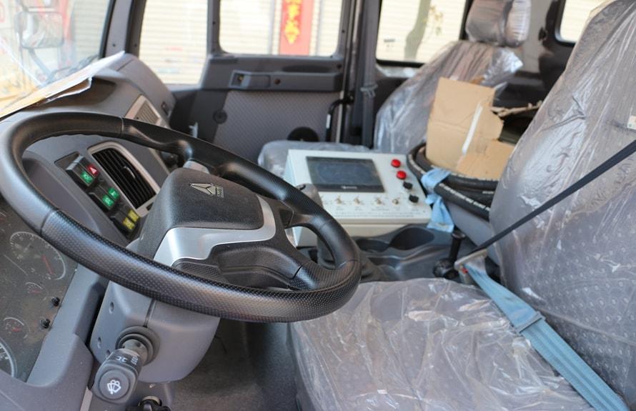 重汽金王子12吨沥青洒布车中控图片