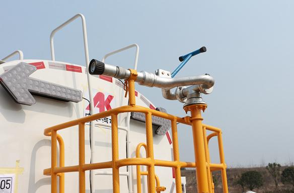 东风小三轴18吨洒水车绿化高炮图片