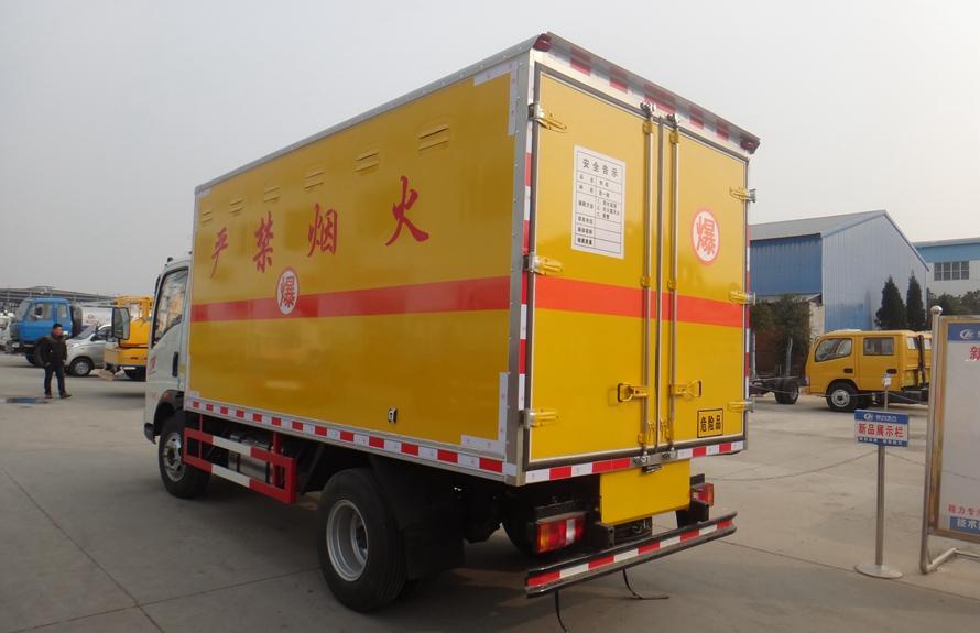 重汽豪沃易燃液体防爆运输车斜后图片
