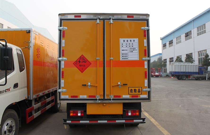 重汽豪沃易燃液体防爆运输车正后图片