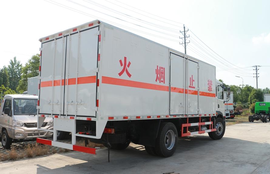 东风T3易燃液体防爆运输车斜后图片