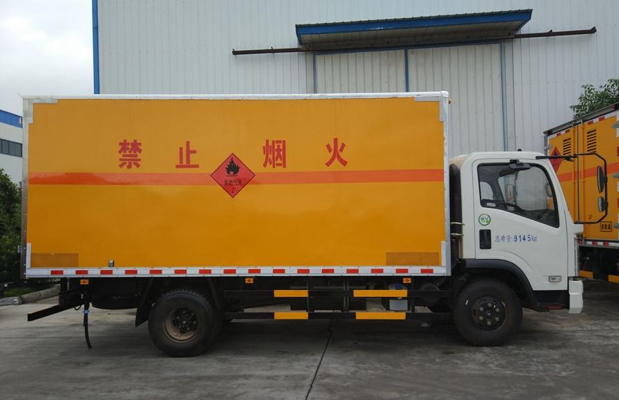 东风嘉运易燃液体防爆运输车正侧图片