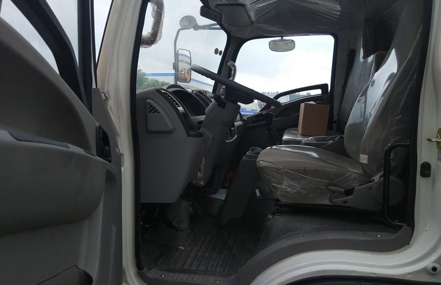东风嘉运易燃液体防爆运输车驾驶室图片