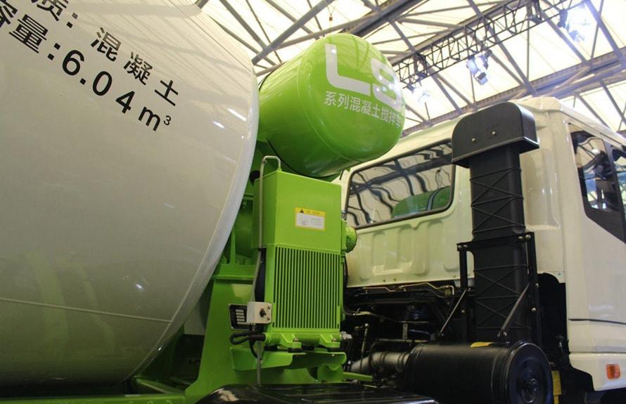 福田雷萨前四后八16立方混凝土搅拌车水箱及散热器图片