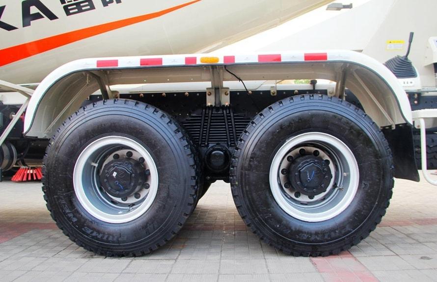 福田雷萨前四后八16立方混凝土搅拌车轮胎图片
