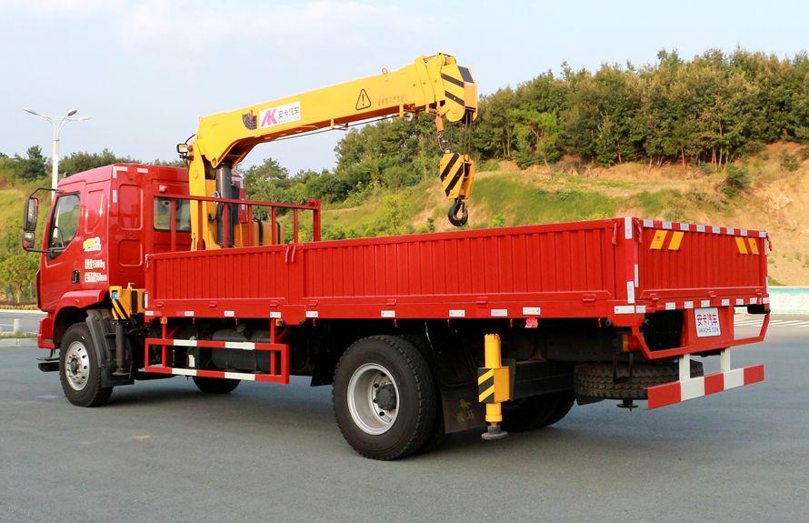 东风柳汽6.3吨随车吊车尾向右图片