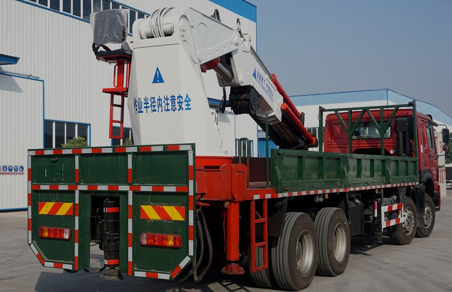 50吨大型随车吊车尾向左图片