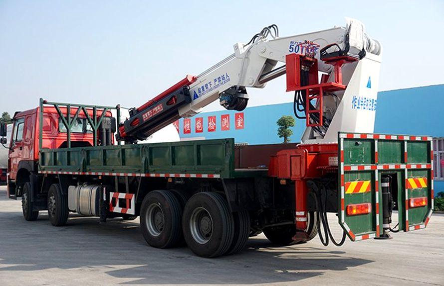 50吨大型随车吊车尾向右图片