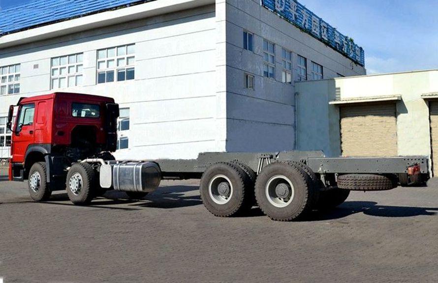25吨大型随车吊底盘车尾向右图片