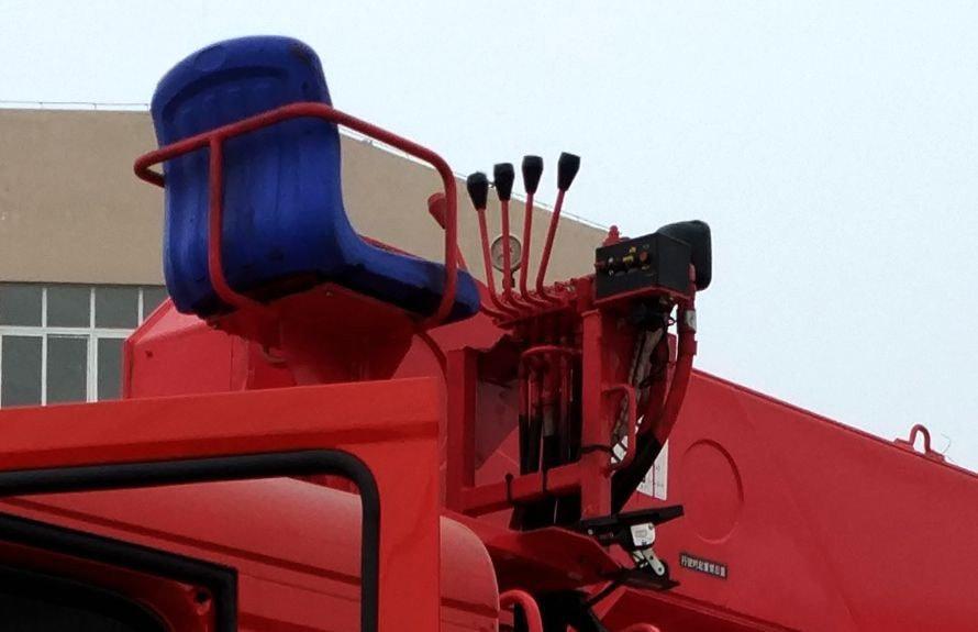 东风特商10吨随车吊高空座椅图片