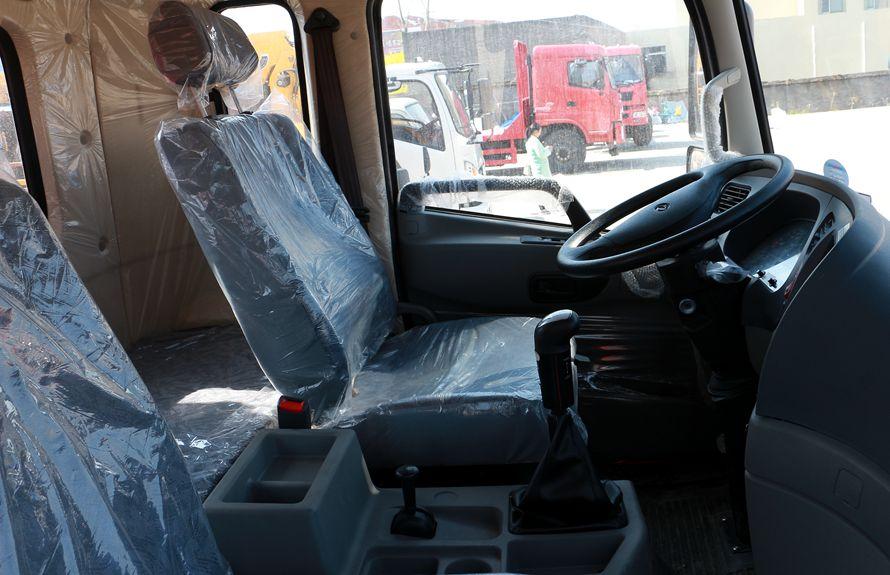 东风御虎6.3吨随车吊驾驶室图片