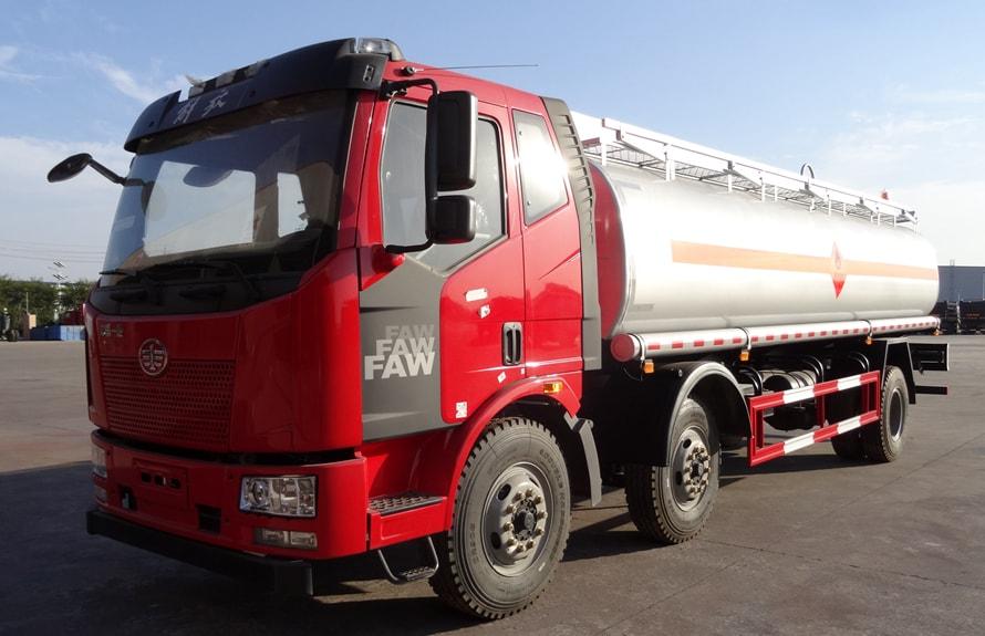 解放小三轴21吨油罐车左侧图片