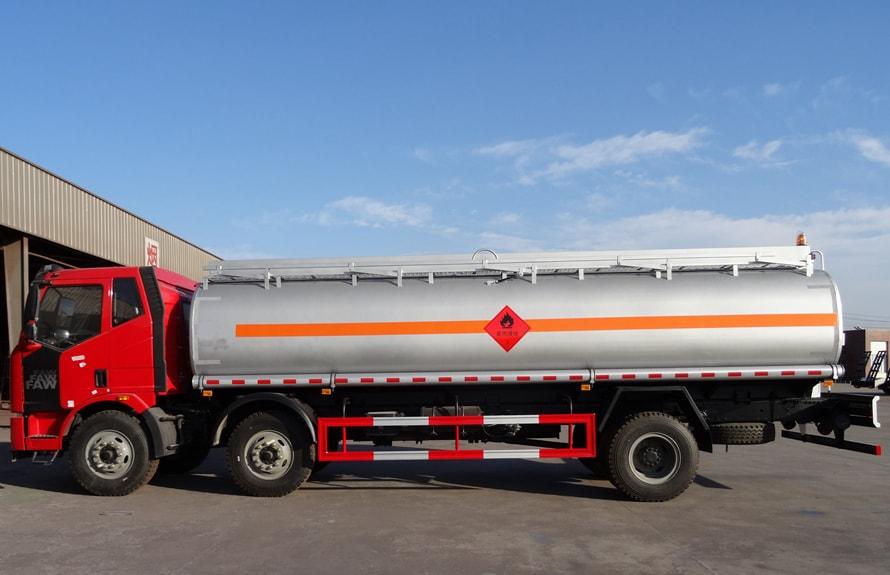 解放小三轴21吨油罐车正侧图片