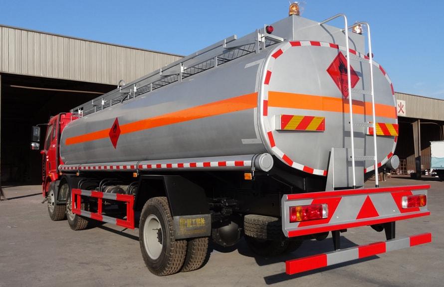 解放小三轴21吨油罐车车尾向右图片
