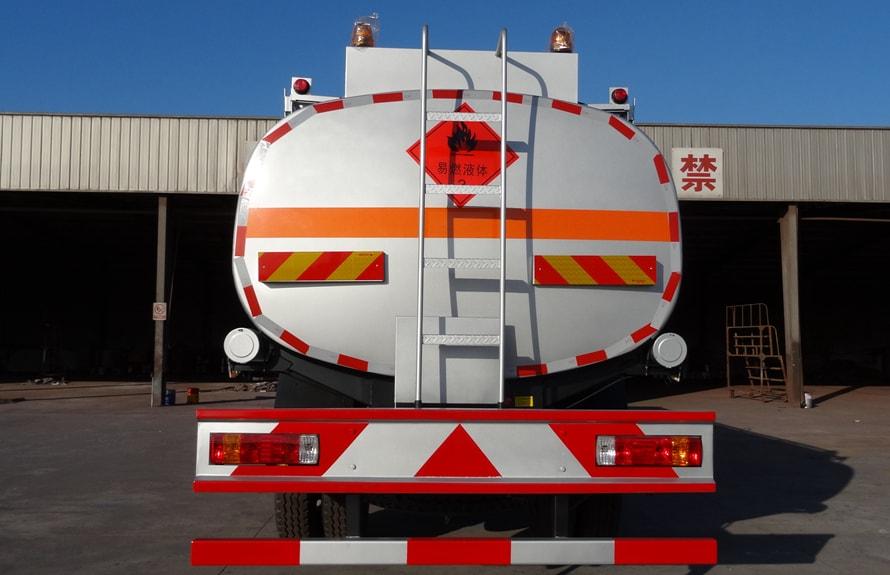 解放小三轴21吨油罐车车尾图片