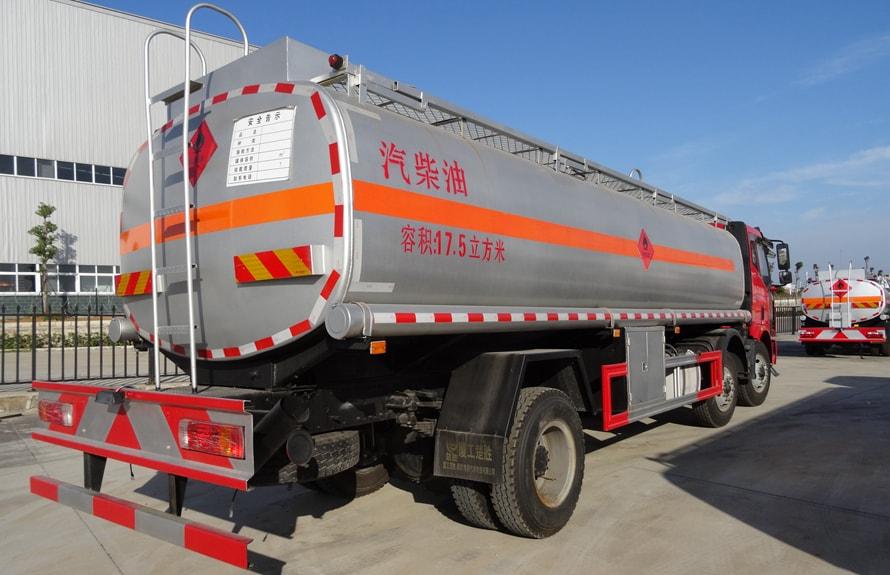 解放小三轴21吨油罐车车尾向左图片