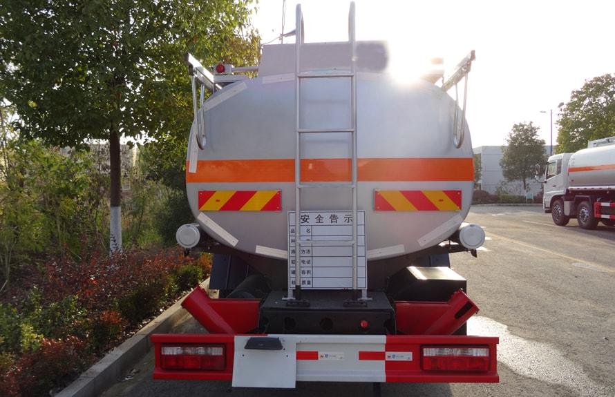 东风小三轴17吨油罐车车尾图片