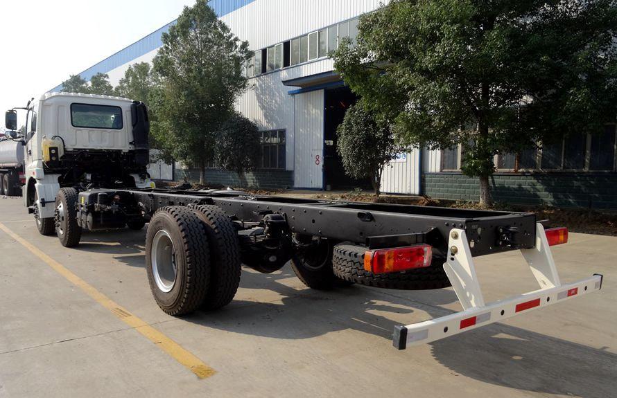 20立方鲜奶运输车底盘车尾向右图片