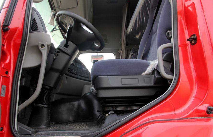 东风天龙前四后八鲜奶运输车驾驶室图片