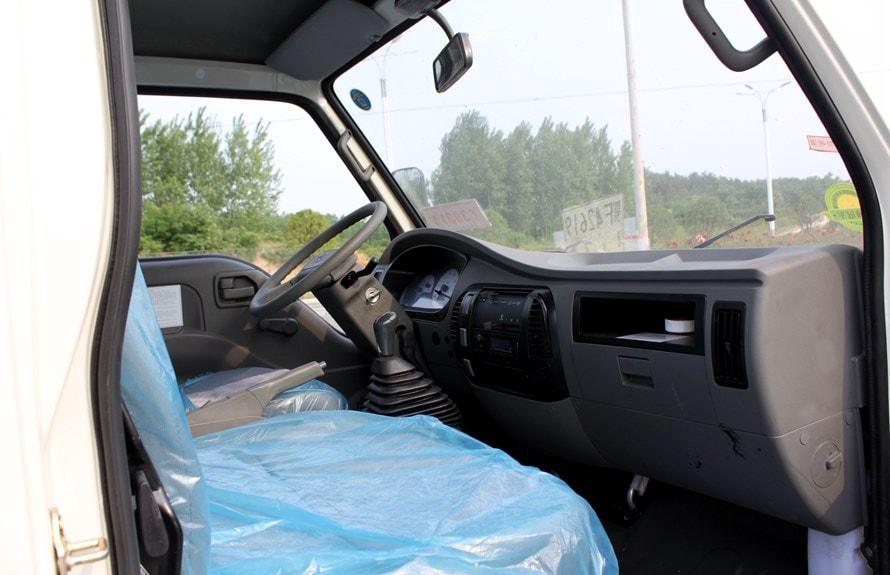 时代小型鲜奶运输车驾驶室图片