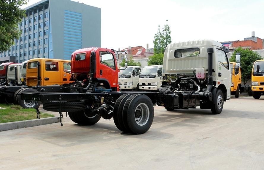 东风8吨液态食品运输车底盘车尾向左图片