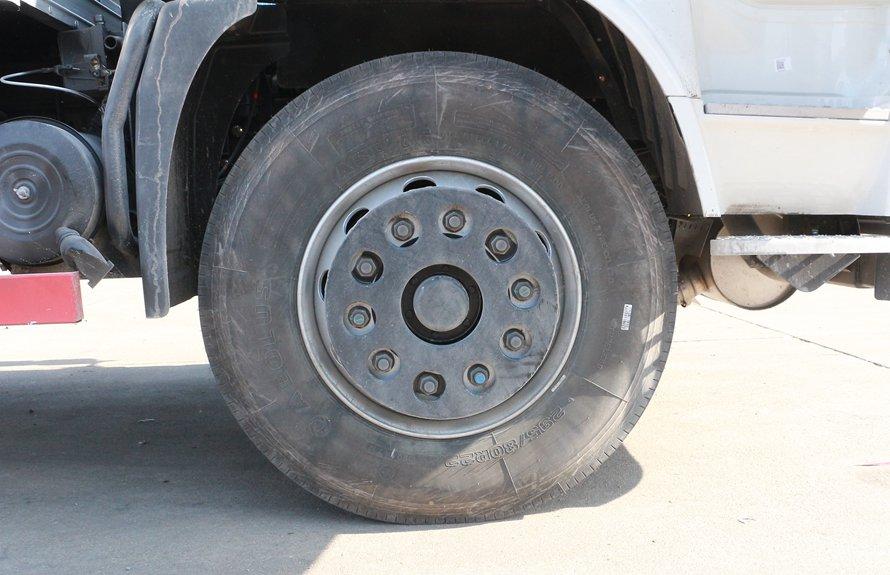 东风天锦易燃液体防爆运输车轮胎图片
