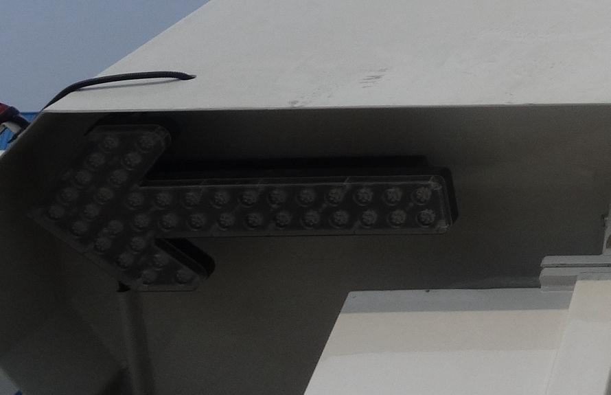 东风天锦洗扫车尾部LED箭头灯
