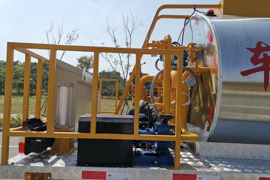 东风6吨沥青洒布车后工作平台图片